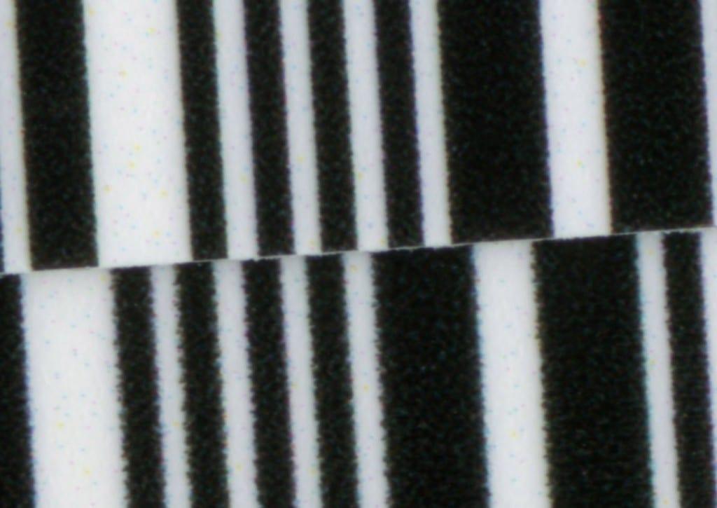 Je nach gewählter Einstellung werden die EAN Linien in Proofs glatter oder auch weniger glatt dargestellt. Gut erkennbar ist, dass die Module durch viele Farben aufgebaut werden und speziell innerhalb der schmalen schwarzen Linien ein erheblicher Breitenzuwachs stattfindet. Normalerweise sollte ein schmaler schwarzer EAN Balken der Breite des weissen Zwischenraumes entsprechen.