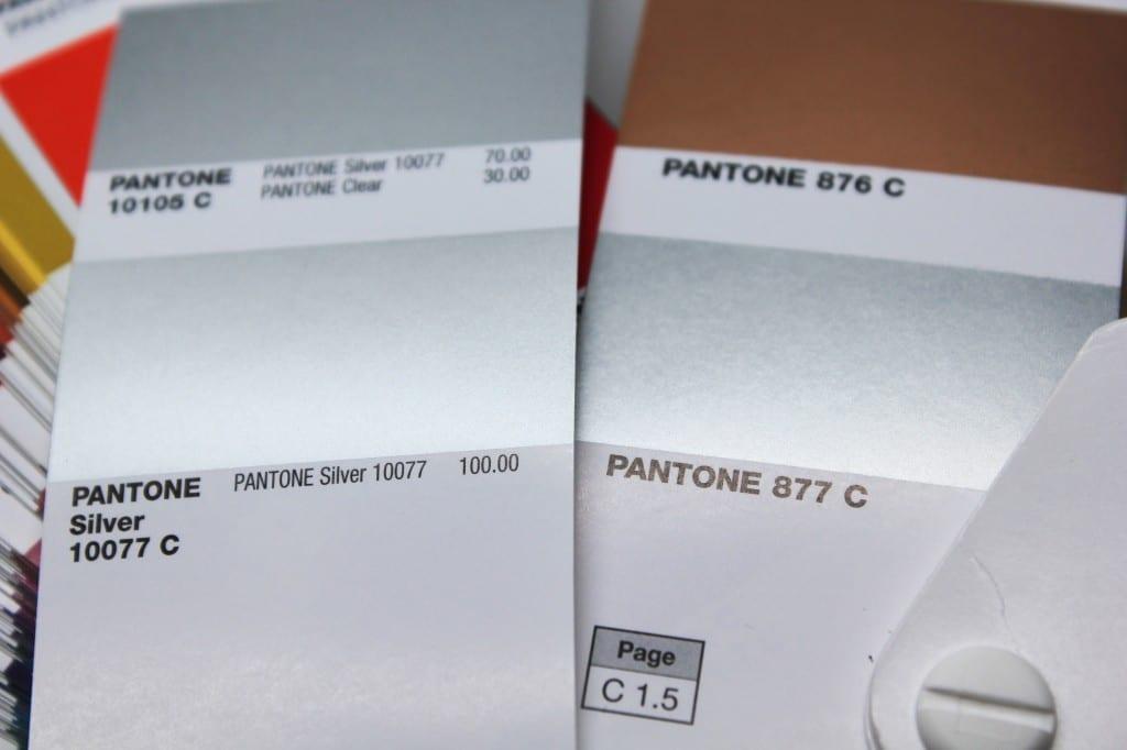 Pantone 877 und Pantone Silver 10077 C im Vergleich: Bild 1
