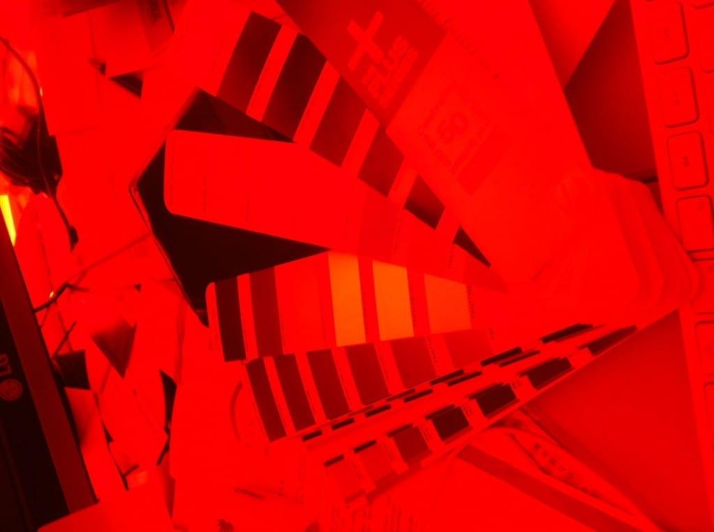Blick durch die rote Anaglyphenbrille auf rote Pantone Farben