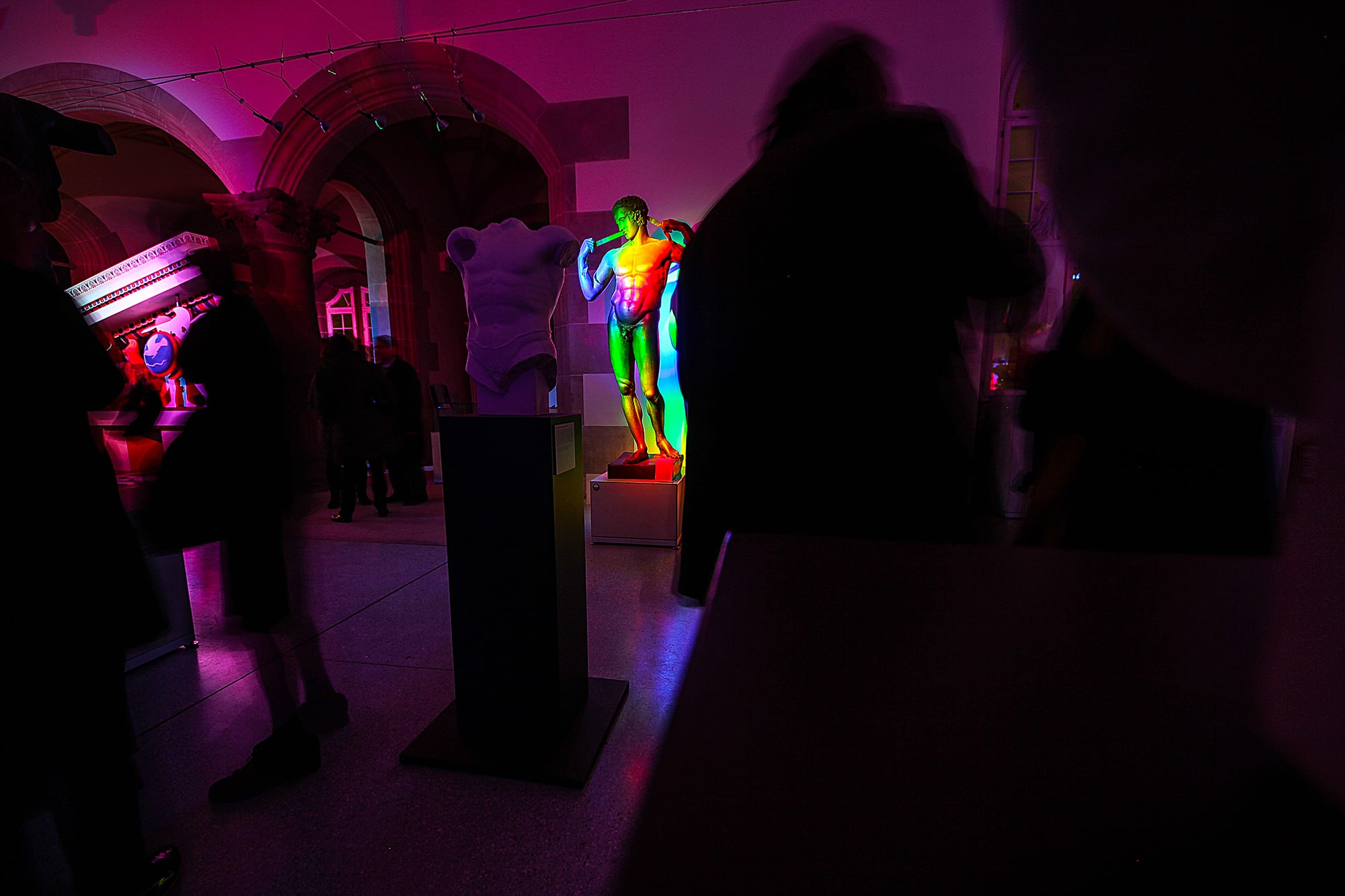 """Impressionen von der Vernissage der Installation """"Licht der Götter"""" von Serge Le Goff."""