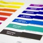 Vergleich zwischen PANTONE U-Farben im Fächer und der Simulation im Farbproof