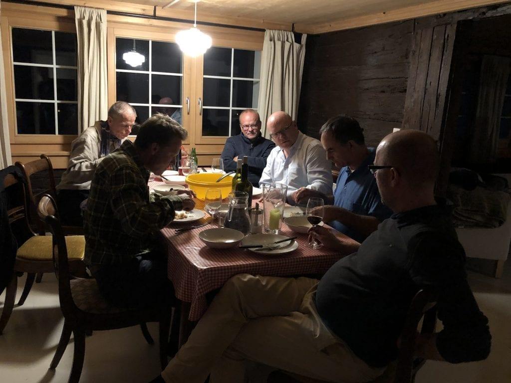 Angeregte Gespräche Samstag Nacht in der Berghütte bei der Jahresversammlung von freieFarbe e.V.