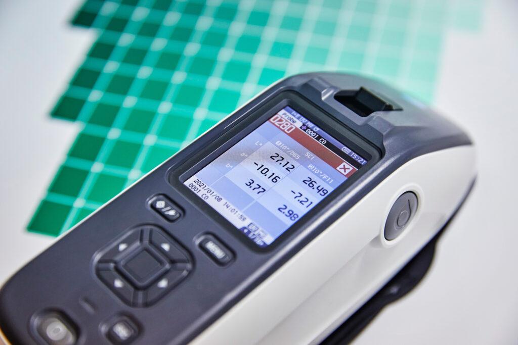 Proof.de: KonicaMinolta CM26d Kugelkopf Spektralmessgeraet mit SCI und SCE Messung: Displayanzeige